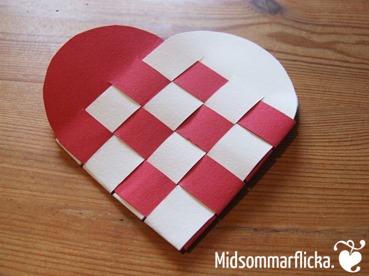 How to fold Danish Julehjerte { Pleated Christmas Hearts } « Midsommarflicka   So, it was weekend. And I was bored.